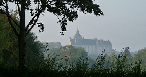 Le château de Chateaudun dans la brume de la Vallée du Loir à vélo