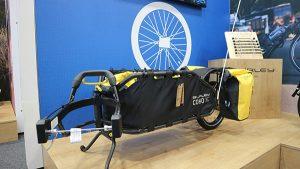Une remorque vélo pour transporter du matériel en voyage