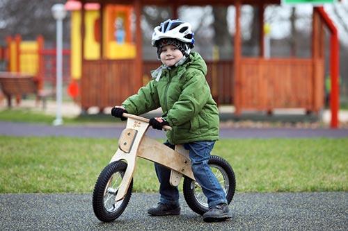La draisienne en bois durable DipDap pour l'éveil, un cadeau enfant à vélo
