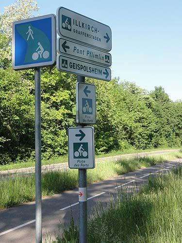 Panneaux de signalisation sur la Piste des Forts