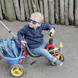 bébé sur un tricycle