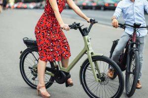 Cycliste en robe rouge et talons haut