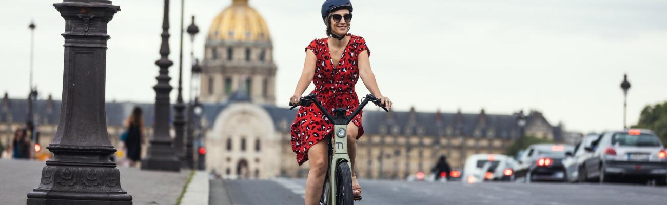Faire du vélo en jupe et en talons