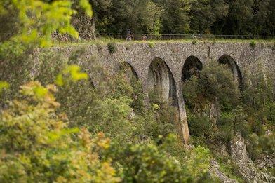 Un viaduc sur l'Ardèche à vélo