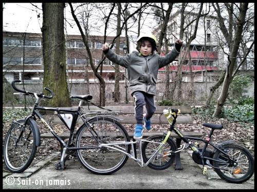 Enfant heureux avec le FollowMe tandem