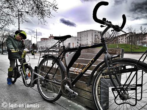 faire du vélo en ville avec un enfant avec le followme