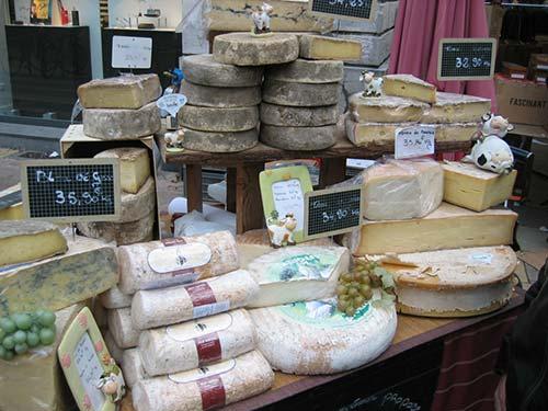 Etalage de fromages savoyards sur la Route des Fromages de Savoie