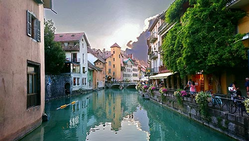 Vieil Annecy coloré sur la Route des Fromages de Savoie