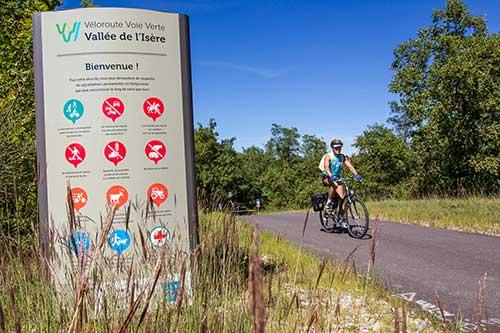 Cyclotouriste sur la Vallée de l'Isère à vélo