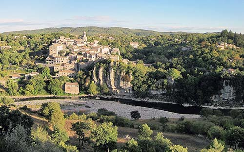 Le village perché de Balazuc, un détour inévitable sur l'Ardèche à vélo