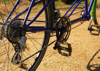 Une rénovation de tandem vélo avec une partie de la transmission neuve