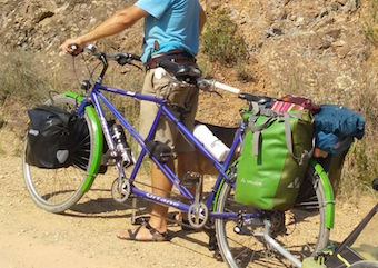 Montage de porte-bagages et de sacoches, la dernière étape de notre rénovation de tandem