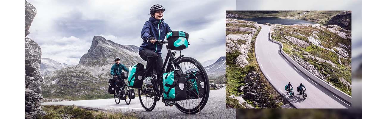Deux cyclotouristes avec des sacoches sans pvc bleu lagon