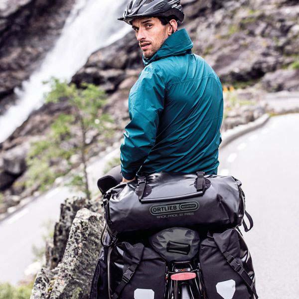 Cyclotouriste avec sacoches Ortlieb