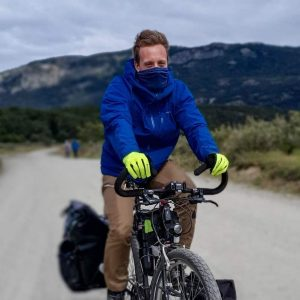 Cycliste visage couvert lors d'un voyage à vélo pour se protéger du vent