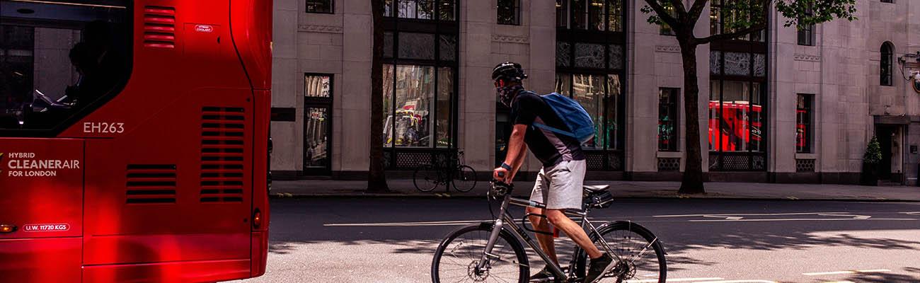 Comment rouler à vélo en sécurité avec les bus et camions ?