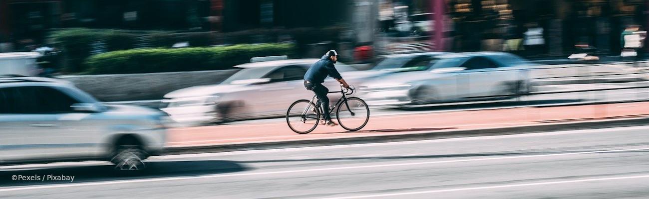 Qui a la priorité sur une piste cyclable : vélo, voiture ou piéton ?