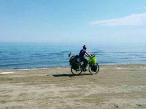 cyclotouriste devant la mer Caspienne en slow tourisme