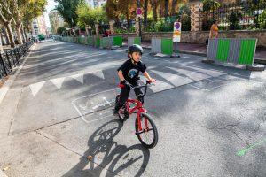 enfant qui fait du vélo en toute sécurité