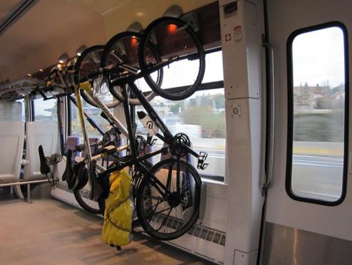plusieurs vélos suspendus à des crochets dans un TER